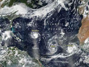El huracán Florence se acerca al este de EEUU y otros dos ciclones le siguen