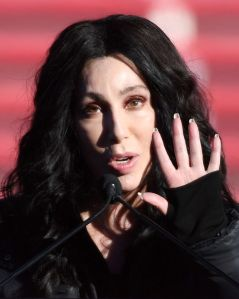 Cher habla de su adoración por Zumba, y además envía un serio mensaje al presidente Donald Trump