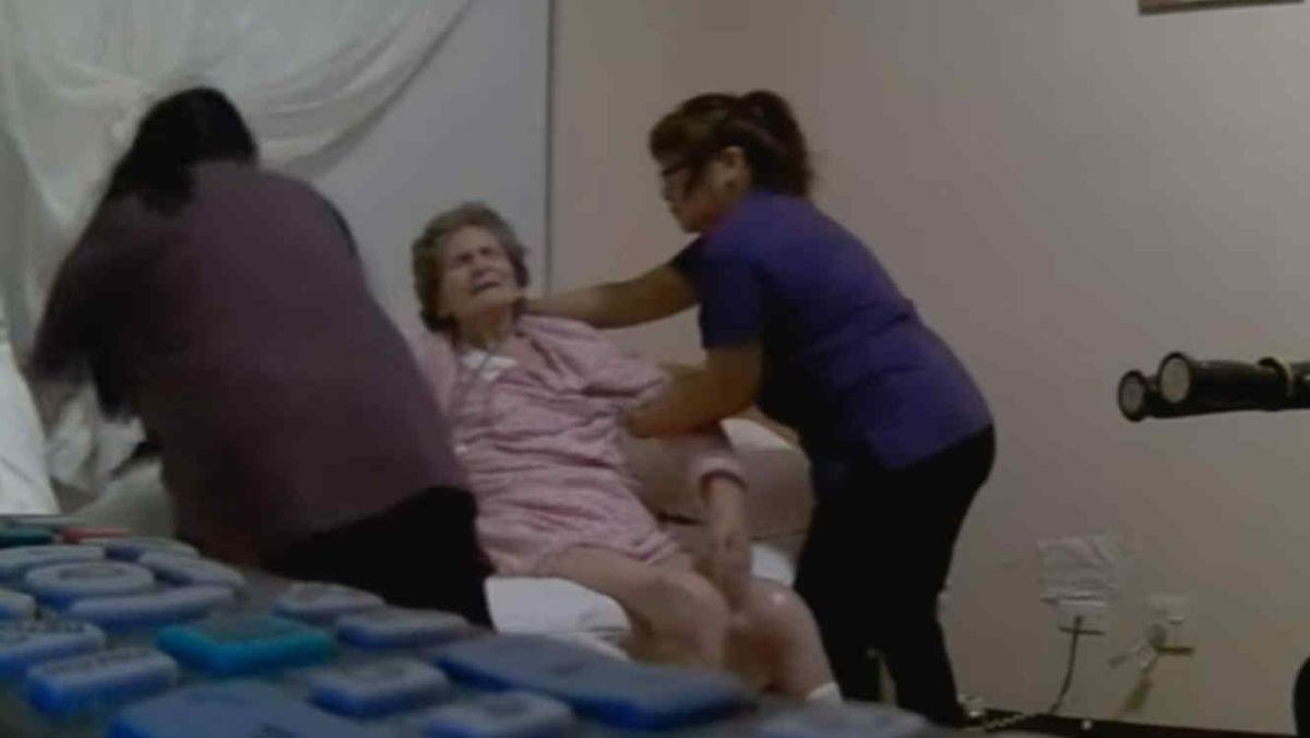 Cámara oculta graba a cuidadoras maltratando a anciana con demencia