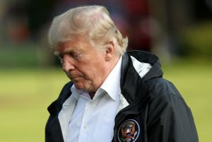 Trump se hace el fuerte, pero cuentan que en privado se siente solo y abandonado