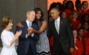 El gesto de George W. Bush hacia Michelle Obama en funeral de McCain que se volvió viral