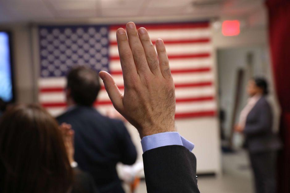 """Los 6 tipos de inmigrantes que no serán afectados por la regla de """"carga pública"""" de USCIS"""