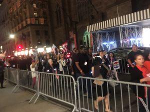 Manifestantes llegan a Torre Trump para denunciar negligencia en Puerto Rico tras María