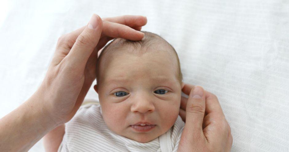El bebé de un día de nacido que sufrió un derrame cerebral