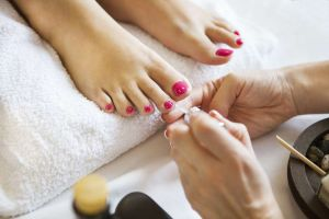 Los problemas de salud que podrías sufrir si siempre traes pintadas las uñas de los pies