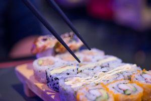 """Se le prohíbe comer en un buffet de sushi por """"comer demasiado"""""""