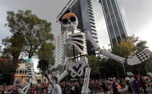 Colorido desfile de Día de Muertos para millones de vivos