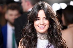 Camila Cabello aparece con un traje de baño poco favorecedor y transparente
