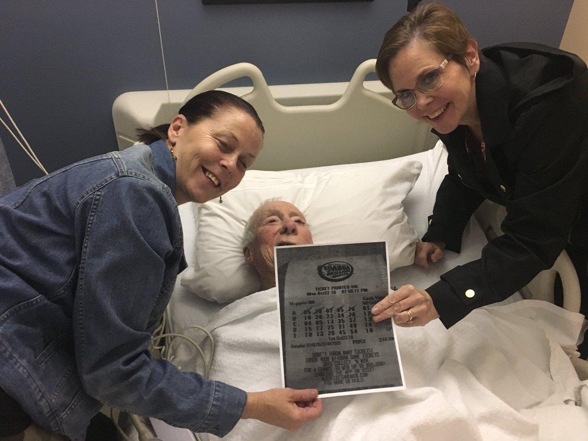 Se rompe la cadera al ir a comprar lotería pero gana junto a empleados de hospital