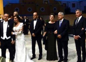 AMLO critica a ricos en México, pero asiste a lujosa boda de su más cercano colaborador