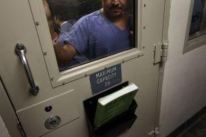 Indocumentado cumple 43 días de huelga de hambre en cárcel de ICE
