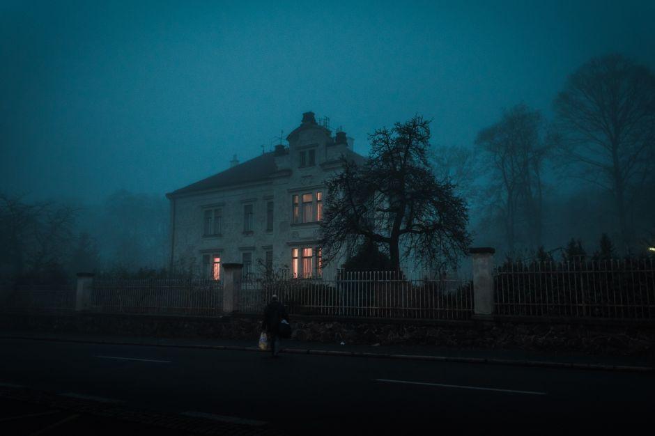 Hombre es apuñalado por una amiga en una casa embrujada