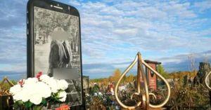 Construye lápida en forma de iPhone en la tumba de su hija