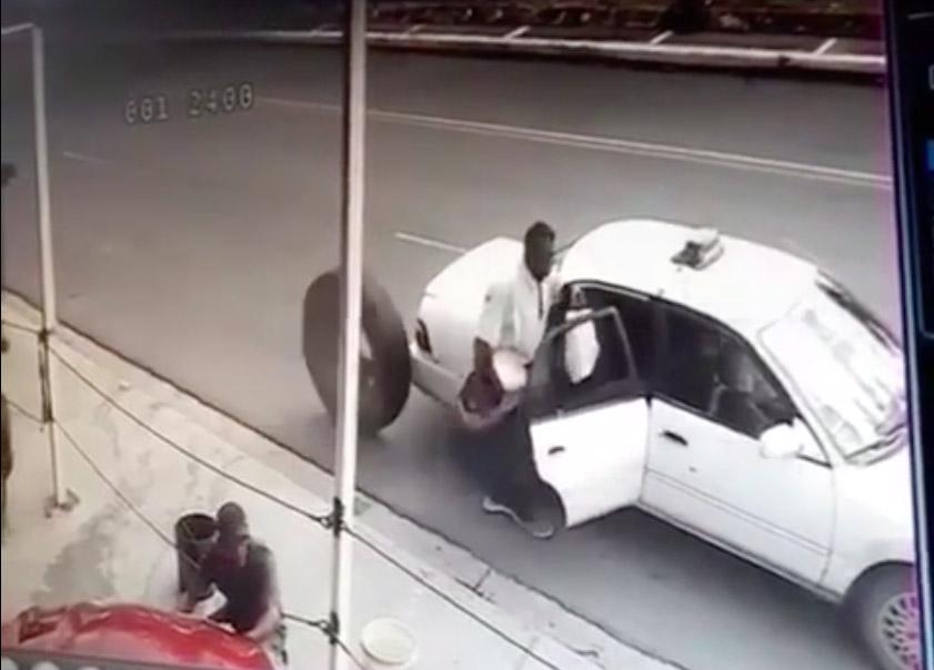 VIDEO: Llanta suelta mata a un hombre que subía a un vehículo en Dominicana