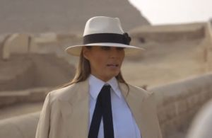 Melania Trump y su vestimenta en Egipto que recordó a nazi de una película de Indiana Jones