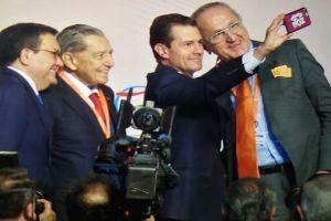 """Peña Nieto de toma una selfie con un celular """"AMLOVE"""""""