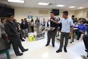 Aumentan graduaciones en las escuelas, pero hispanos siguen en la cola
