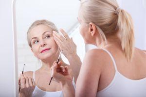 5 rutinas de maquillaje que todas las mujeres mayores de 50 años deben saber para eliminar años de tu look