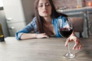 ¿Cómo ayudar a alguien que tiene problemas con el alcohol?