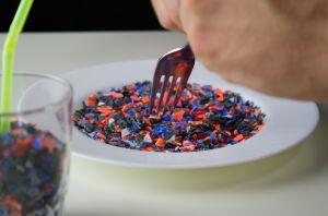 Hay plástico hasta en las heces humanas