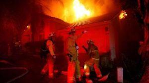 Incendios en California: las impactantes imágenes del fuego que obligó a evacuar la icónica playa de Malibu