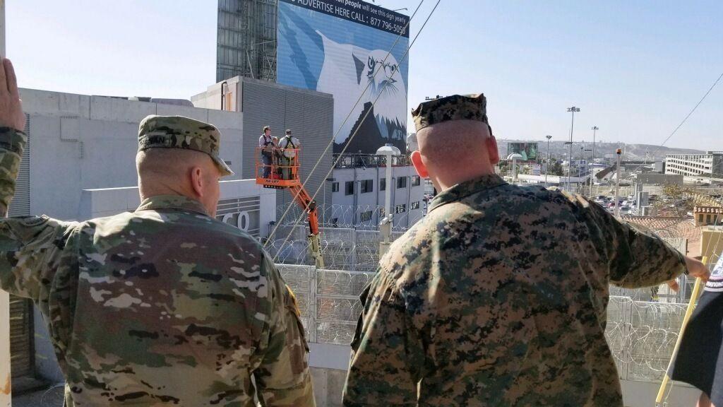 Militares trabajan con la Patrulla Fronteriza en la Garita San Ysidro en California.