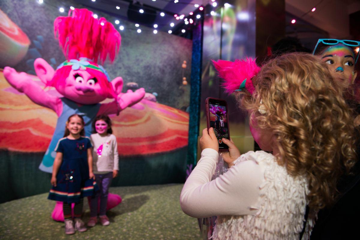La alegría y el colorido de los Trolls invaden la ciudad