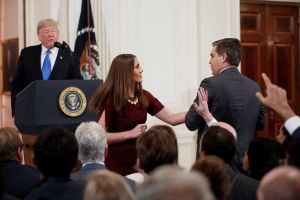 Casa Blanca retira credencial a Jim Acosta, el periodista que enfadó a Trump