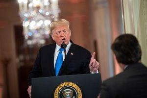"""Trump sigue """"tirándole"""" a la prensa: advierte que podría retirar más acreditaciones"""