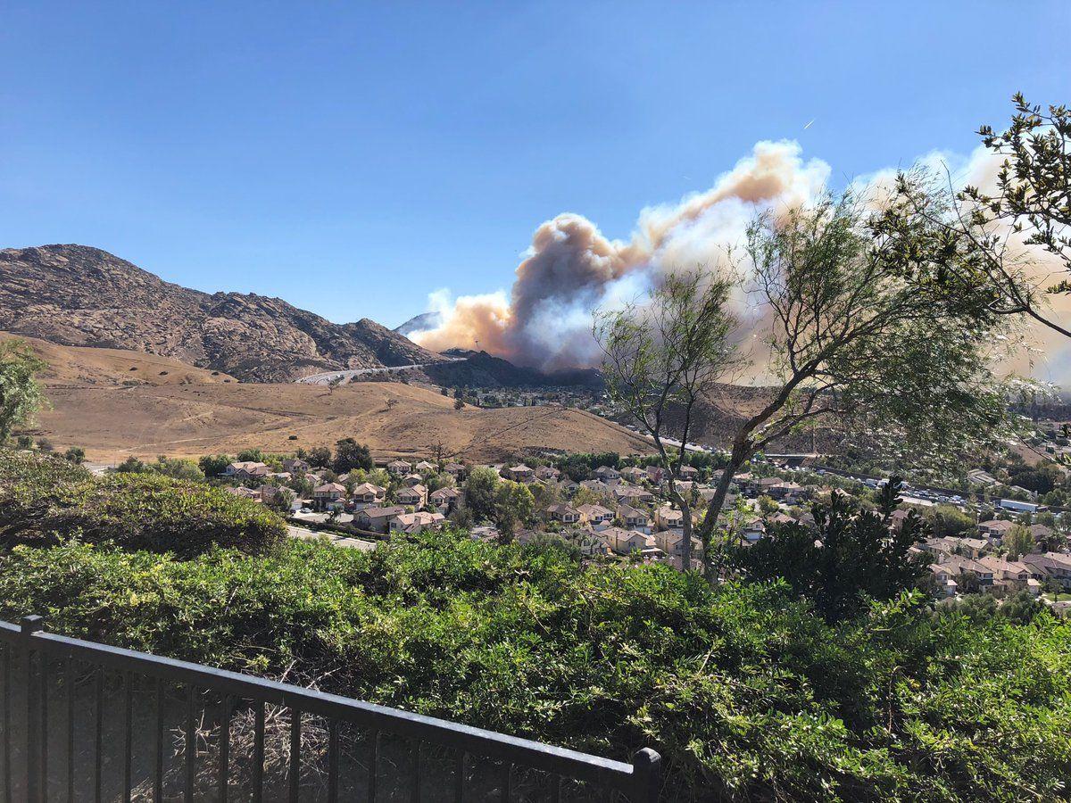 Impresionante video muestra cómo un incendio va hacia una carretera en California