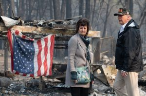 Trump visita a afectados por incendios en California