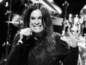 Ozzy Osbourne, líder de Black Sabbath, y la fatal manicura que provoca una grave infección en su mano