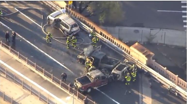 Un muerto, 5 heridos y tráfico colapsado por incendio de autos en Brooklyn Bridge