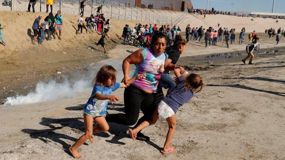 Los gases lacrimógenos fueron utilizados en contra de los migrantes.