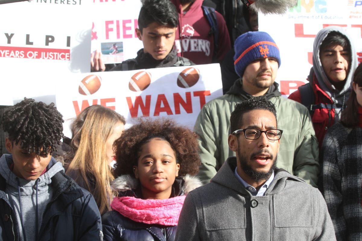 Estudiantes latinos y negros exigen igualdad en deportes en escuelas de NYC