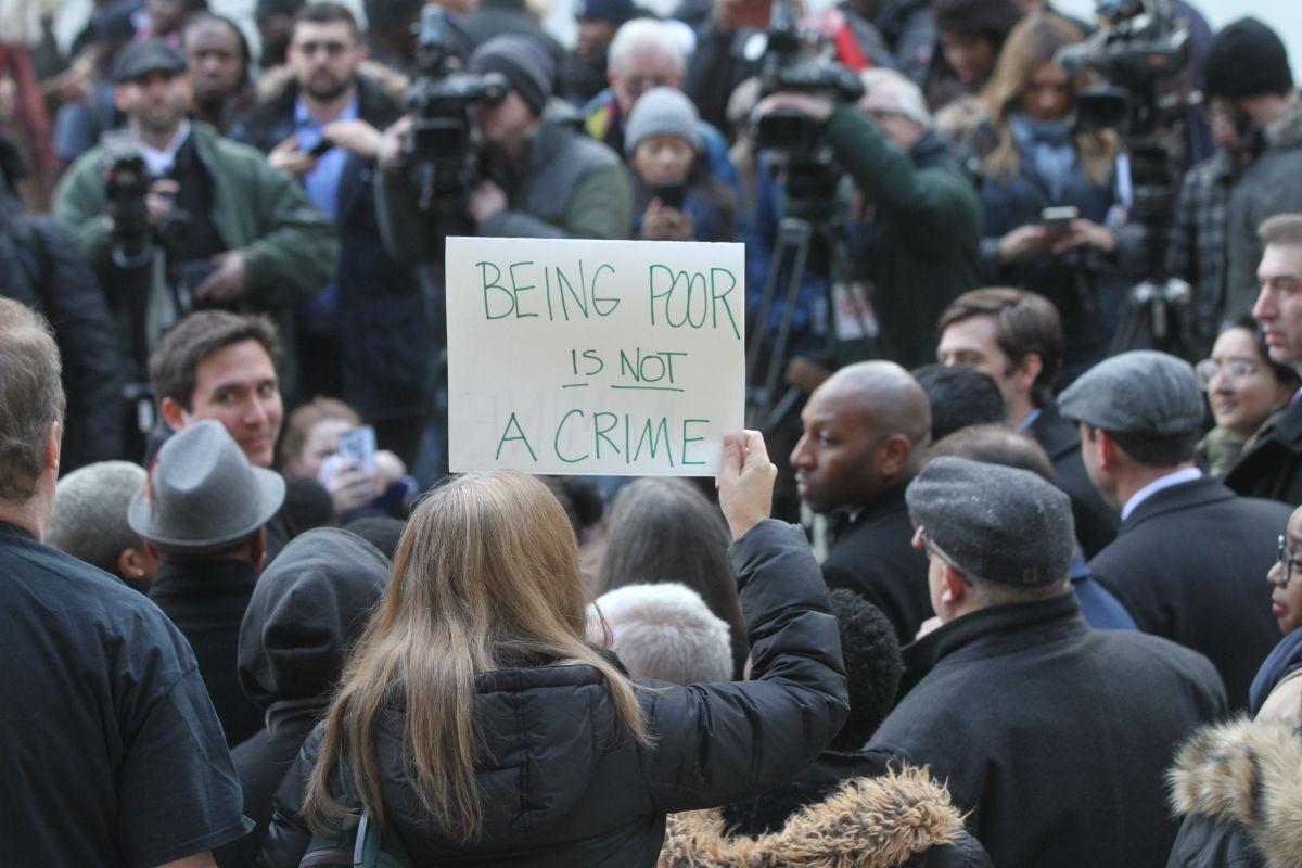 Arresto de madre de Brooklyn recalca problema de maltrato en oficinas públicas de NYC