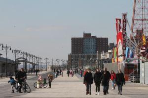 Arrojaron bebé a la basura en Coney Island; NYPD lo halló muerto