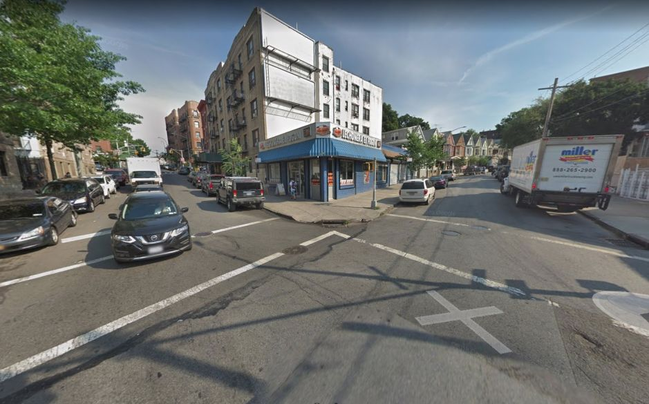 Fallece adolescente por fractura de cráneo tras ser empujado hacia un auto en El Bronx