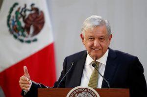 López Obrador presume especial regalo de un famoso pitcher de Grandes Ligas