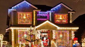 Les robaron las decoraciones navideñas y los oficiales de policía les compran unas nuevas
