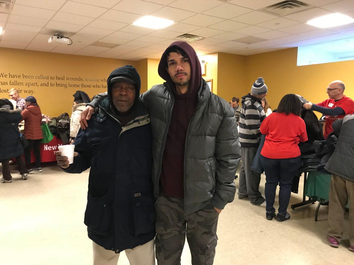 Desamparados reciben abrigos en Navidad y exigen soluciones