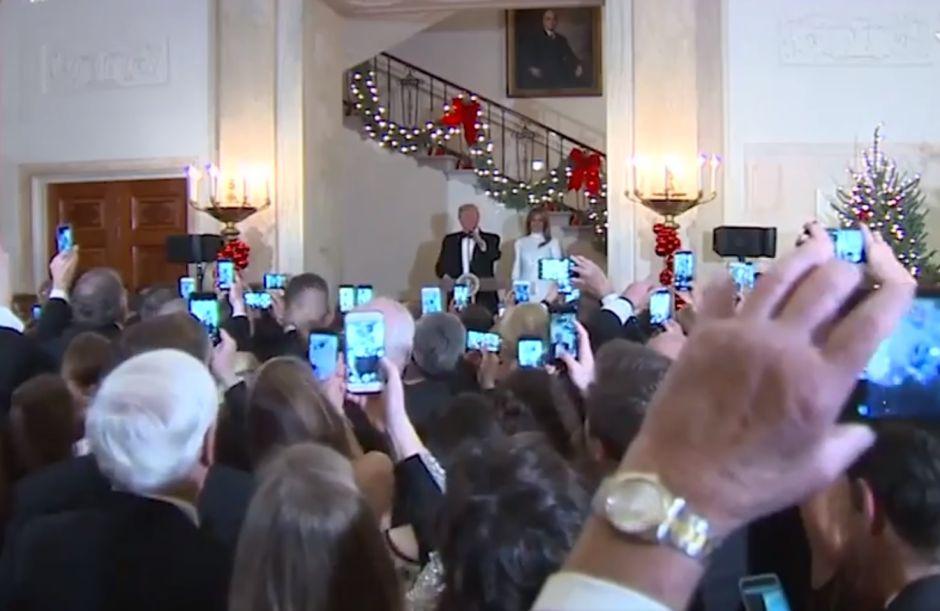 """Melania Trump """"se roba"""" la noche con despampanante y entallado vestido blanco"""