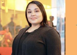 Embarazo a los 16 años no le impidió a una latina graduarse y liderar a su familia