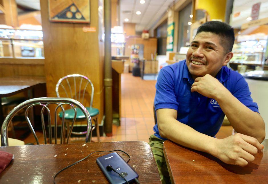 Hispanos esperanzados con aumento de salario mínimo en Nueva York