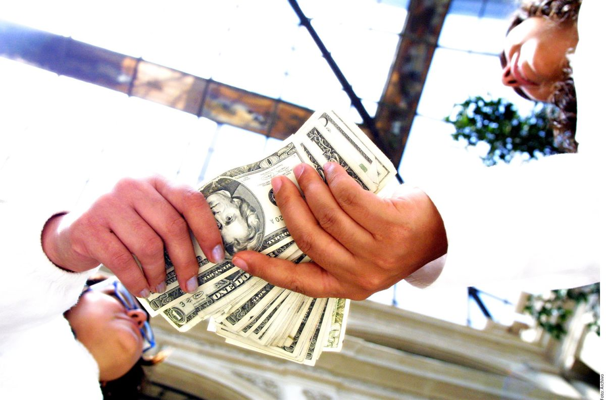 """Peso mexicano sorprende por alza frente al dólar… y AMLO puso su """"toque"""""""