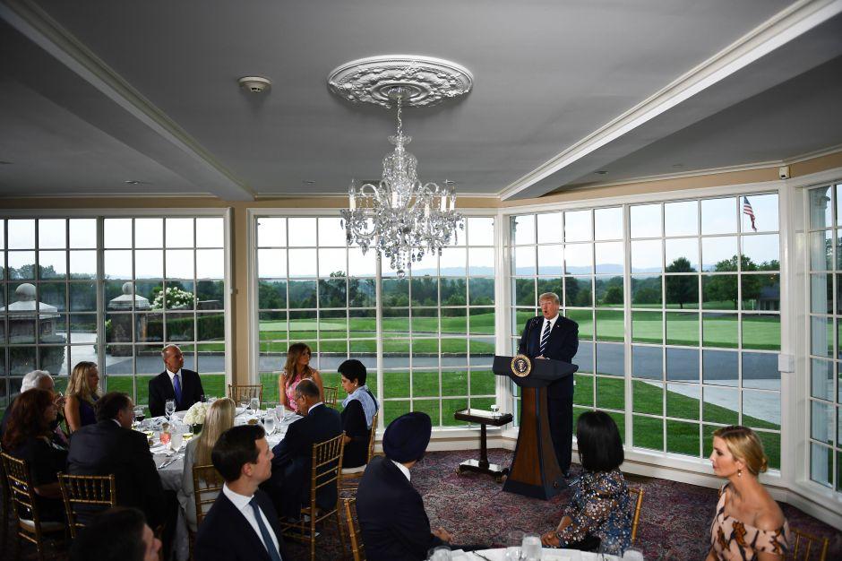 Denuncian abusos y amenazas de deportación contra empleadas indocumentadas en campo de golf de Trump