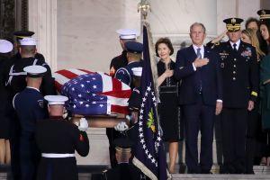 USCIS, Servicio Postal y más oficinas federales cerrarán por muerte de George H. W. Bush