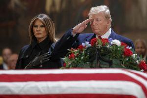 """Trump muestra su """"buena educación"""" en entierro de Bush padre"""