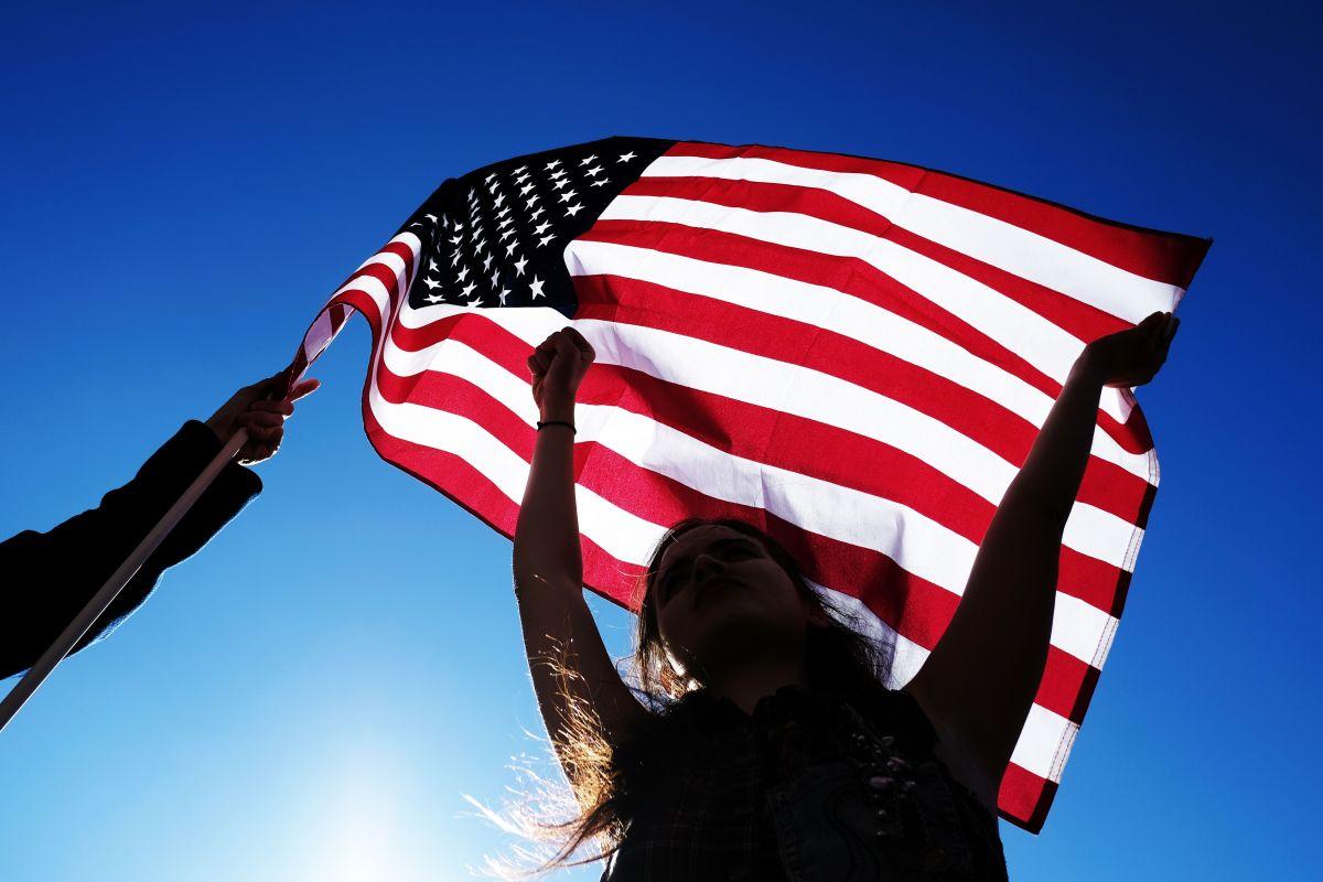 ¿Latinos creen que hay demasiados inmigrantes en EEUU?