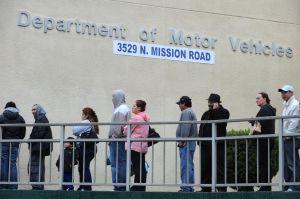 ¿Por qué las líneas de espera en el DMV de California han bajado?